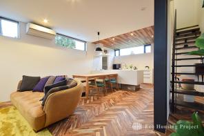 rough+urban ペレットストーブのあるヘリンボーン無垢床の家
