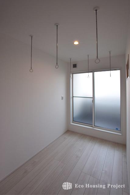 シンプルモダン・フルハイトドアとウッドパネル天井のLDKのある家