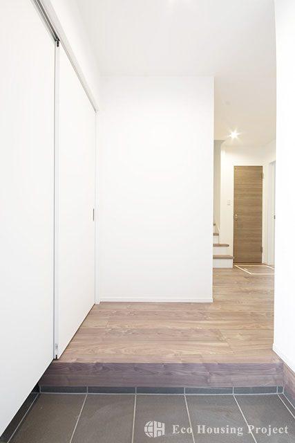 広々勾配天井の2階リビング 無垢床が映えるナチュラルハウス