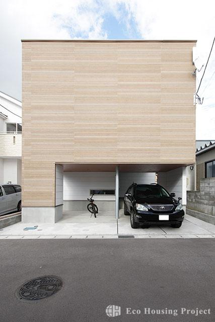 テラスフィールドと竹炭壁のあるガレージハウス