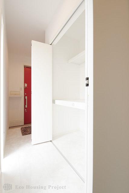 吹抜のある広々LDK・床暖房で足元ぽかぽかシンプルモダンハウス